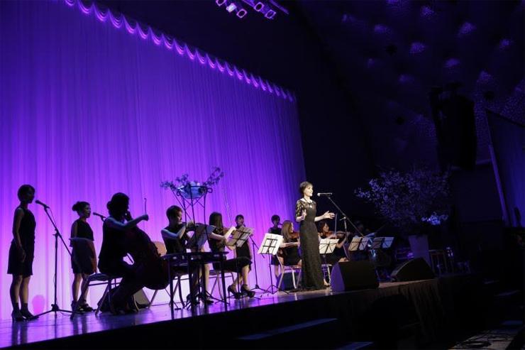 世界最高の歌姫、エンヤ (Enya) - 東日本大震災チャリティパーティーで、被災児童支援のためパフォーマンスを披露