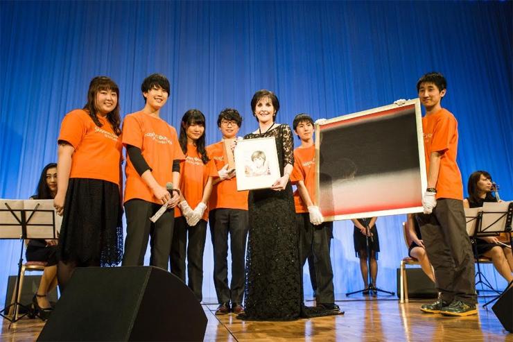 エンヤ (Enya) - 東日本大震災チャリティパーティーで、被災児童支援のためパフォーマンスを披露