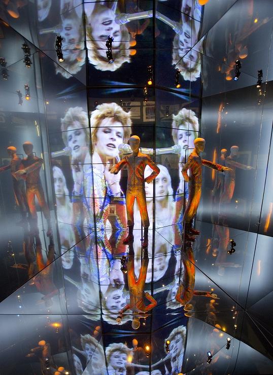 展覧会 DAVID BOWIE is 2017年1月8日(日)~4月9日(日)at 寺田倉庫G1ビルで開催。/映画『デヴィッド・ボウイ・イズ』2017年1月7日より新宿ピカデリー他全国劇場で公開。