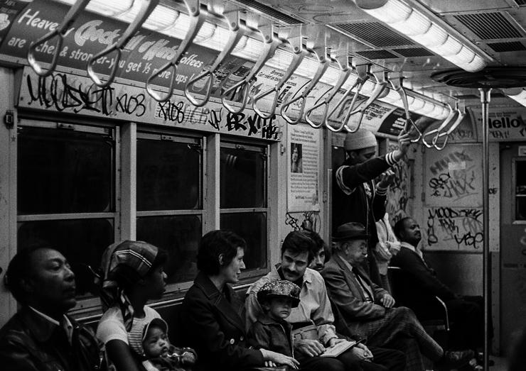 落書きと凶悪犯罪のダークサイド、地下鉄の車内。