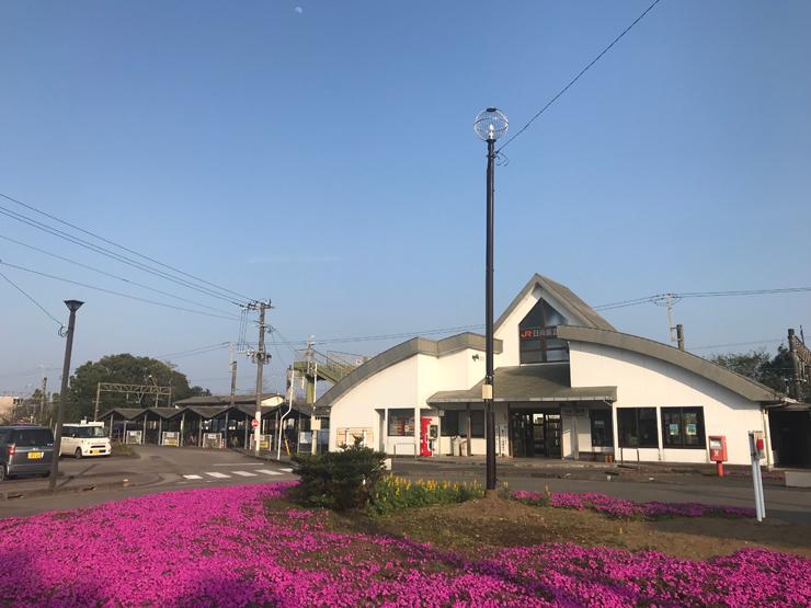 JR日向新富駅は2020年に完成予定のサッカースタジアムに向かう人にとって玄関口となります。