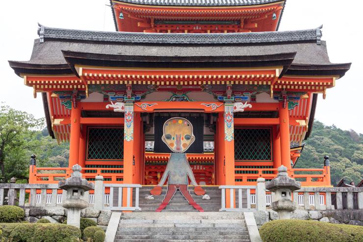 清水寺 西門では加藤泉の新作インスタ レーションが展示される。 加藤泉《無題》2019年 (本展のための特別制作) 布、革、アクリル絵具、パステル、ステンレススチール、アルミニウム、鉄、刺繍、石、リトグラフ  (C)️2019 Izumi Kato