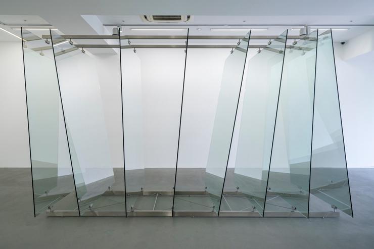ゲルハルト・リヒター《8枚のガラス板》2012年 ガラス、 鋼鉄製の金具 220×160×350cm  協力:ワコウ・ワークス・オブ・アート (C) Gerhard Richter 2019 (01082019)