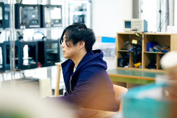 川崎和也(スペキュラティヴ・ファッションデザイナー)+Synflux [佐野虎太郎+清水快+藤平祐輔]