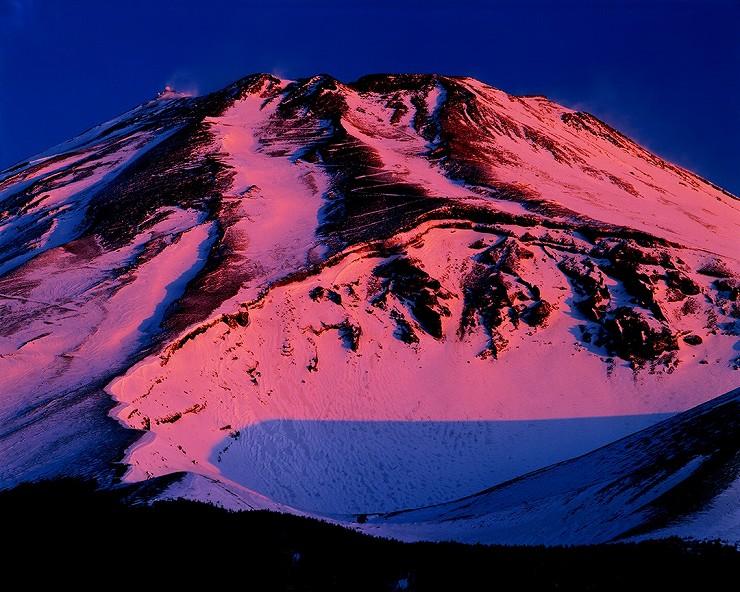 静岡県裾野市水ケ塚から「黎明に焼ける富士山」 撮影:白籏史朗