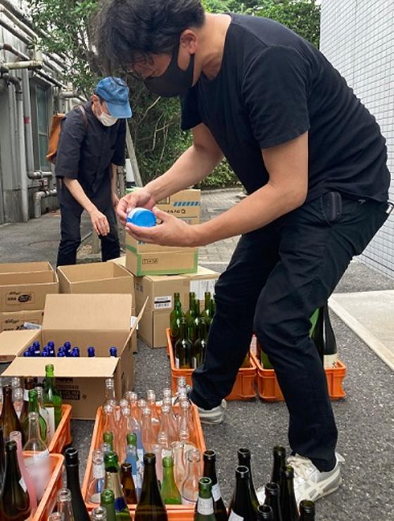 白鶴酒造での空き瓶選定の様子